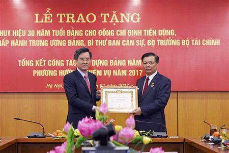 Bo truong Dinh Tien Dung don nhan huy hieu 30 nam tuoi Dang - Anh 1