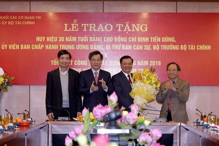 Bo truong Dinh Tien Dung don nhan huy hieu 30 nam tuoi Dang - Anh 2