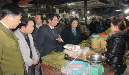 Kiem tra an toan thuc pham o khu vuc chua Huong - Anh 1