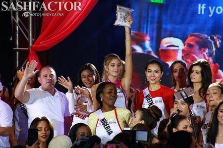 Truyen hinh Philippines phong van Le Hang ve su co suyt nga khi catwalk - Anh 8