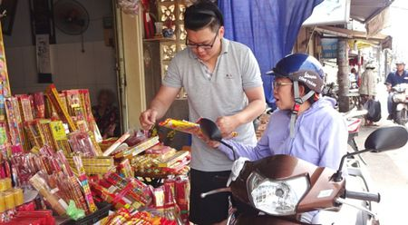 TP.HCM: Nguoi dan do xo di mua vang ma, ca chep chuan bi tien ong Tao - Anh 1