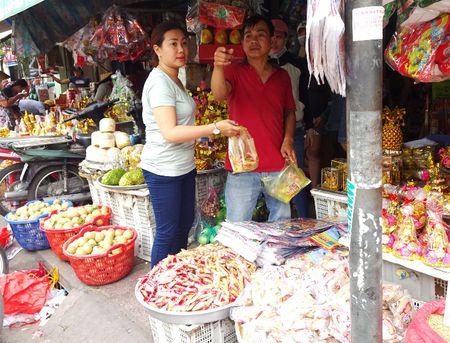 TP.HCM: Nguoi dan do xo di mua vang ma, ca chep chuan bi tien ong Tao - Anh 4