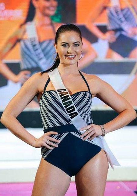 Thi sinh Miss Universe lo nhuoc diem co the khi dien ao tam - Anh 1