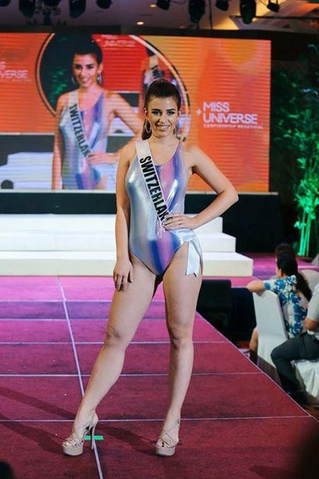 Thi sinh Miss Universe lo nhuoc diem co the khi dien ao tam - Anh 7