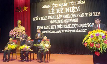 Quan Nam Tu Liem trao huy hieu Dang cho 130 Dang vien - Anh 1
