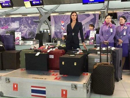 Hoa hau Hoan vu Thai Lan mang 17 vali 'bao boi' sang Philippines tranh tai, co gi o trong? - Anh 1