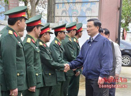 Pho Bi thu Tinh uy Le Quang Huy tham, chuc Tet can bo, chien sy, nguoi ngheo huyen Que Phong - Anh 1