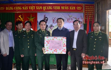 Pho Bi thu Tinh uy Le Quang Huy tham, chuc Tet can bo, chien sy, nguoi ngheo huyen Que Phong - Anh 2