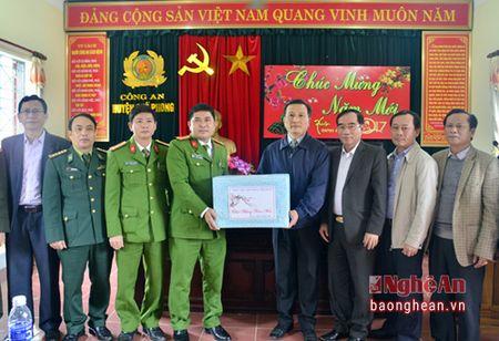 Pho Bi thu Tinh uy Le Quang Huy tham, chuc Tet can bo, chien sy, nguoi ngheo huyen Que Phong - Anh 3
