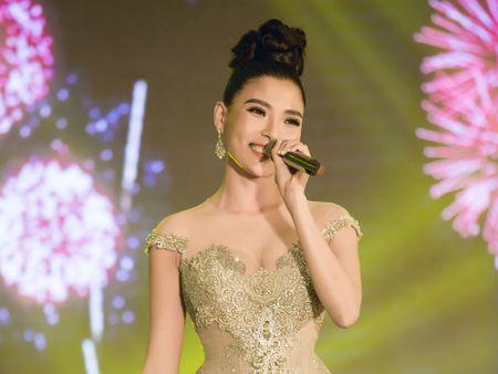 Luong The Thanh co vu cuong nhiet khi ba xa Thuy Diem tro tai ca hat - Anh 1