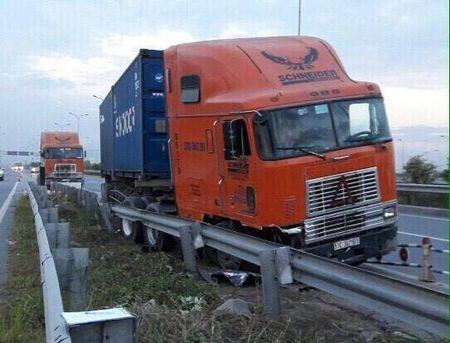 Xe container huc do dai phan cach tren duong cao toc - Anh 1