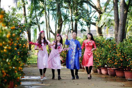 Thieu nu Hue xinh tuoi ao dai xuong pho don xuan - Anh 1