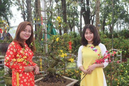 Thieu nu Hue xinh tuoi ao dai xuong pho don xuan - Anh 2