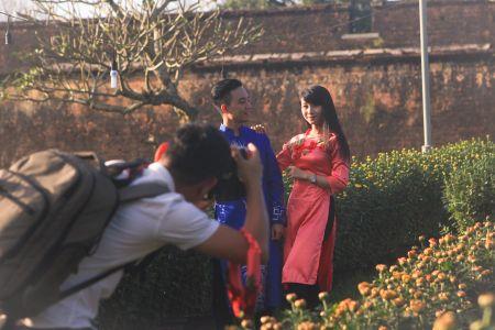 Thieu nu Hue xinh tuoi ao dai xuong pho don xuan - Anh 3