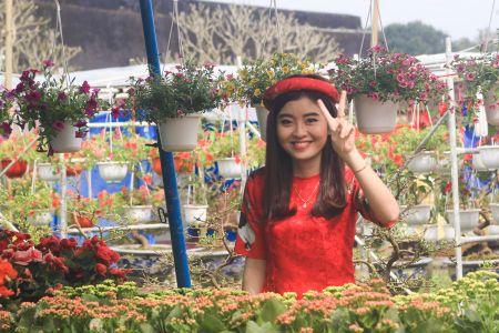 Thieu nu Hue xinh tuoi ao dai xuong pho don xuan - Anh 5