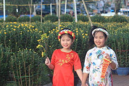 Thieu nu Hue xinh tuoi ao dai xuong pho don xuan - Anh 6