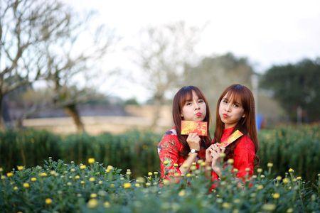 Thieu nu Hue xinh tuoi ao dai xuong pho don xuan - Anh 7