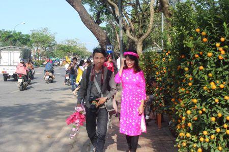 Thieu nu Hue xinh tuoi ao dai xuong pho don xuan - Anh 8