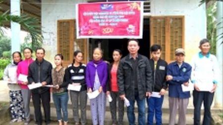 Trao 160 suat qua Tet cho nguoi dan vung lu Quang Tri - Anh 1