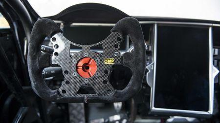 Xe dien Tesla ban dua tang toc nhanh hon Bugatti Chiron - Anh 1