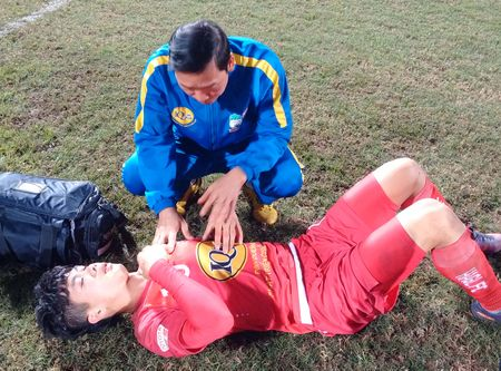 Cong Phuong van kho tho va dang duoc bac si theo sat - Anh 1