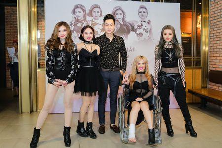 Thanh vien nhom S-Girls di xe lan den hop bao - Anh 4