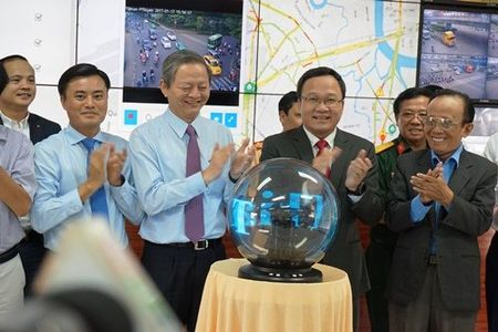 Nguoi Sai Gon su dung smartphone de nhan biet ket xe - Anh 1
