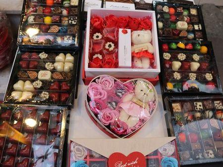 Nhon nhip thi truong qua tang Valentine, chocolate van hut khach - Anh 2