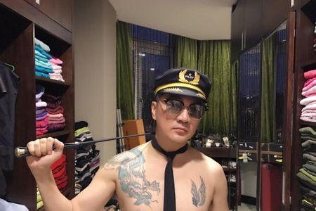 Fan soc thay Dam Vinh Hung doi mu phi cong deo ca vat ban khoa than - Anh 5