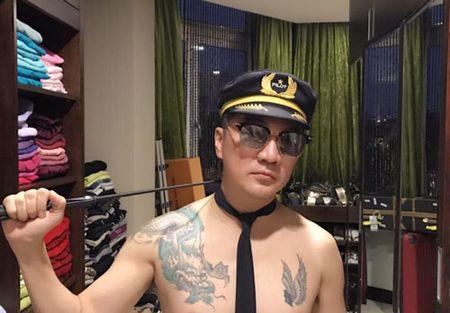 Mr Dam gay choang khi coi tran, khoe hinh xam rong, doi mu phi cong - Anh 2