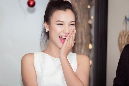 A hau Hoang Oanh lan dau ke ve bien co gia dinh - Anh 8
