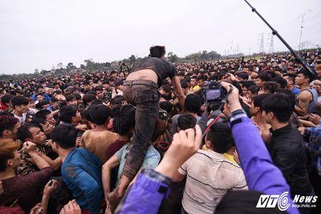 Do mau trong le hoi cuop Phet Hien Quan: 'Bon tre thoi nay an thua qua!' - Anh 1