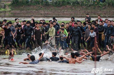 Do mau trong le hoi cuop Phet Hien Quan: 'Bon tre thoi nay an thua qua!' - Anh 3