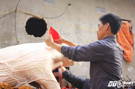 'Ong lon' mac 'ao choang' mo mang duoc ruoc khap lang La Phu - Anh 3