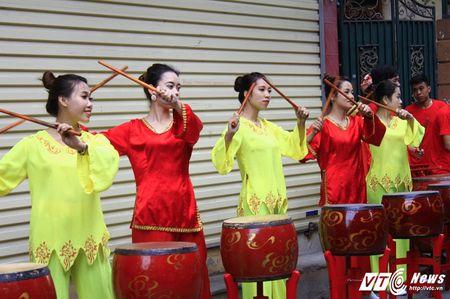 'Ong lon' mac 'ao choang' mo mang duoc ruoc khap lang La Phu - Anh 7