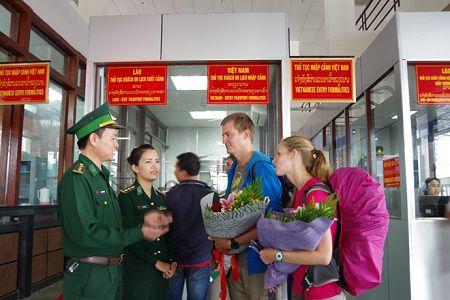 Khach quoc te dau tien nhap canh Viet Nam bang thi thuc dien tu - Anh 1