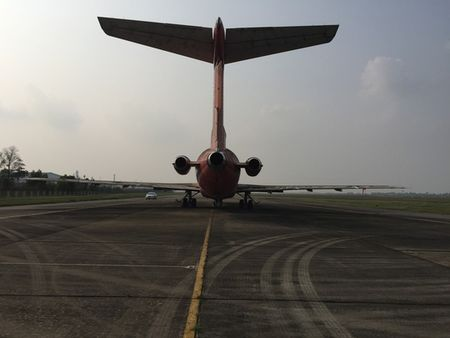 Keo may bay vo chu Boeing 727 ra bai dat cho dau gia - Anh 2
