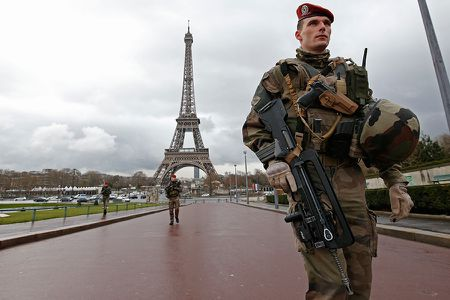 Rao thuy tinh chong bom tri gia 20 trieu euro bao ve thap Eiffel - Anh 1