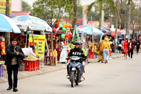 Giao thong hon loan, xe om bat nhao truoc gio khai an den Tran - Anh 10