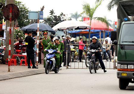 Giao thong hon loan, xe om bat nhao truoc gio khai an den Tran - Anh 11