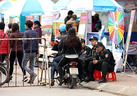 Giao thong hon loan, xe om bat nhao truoc gio khai an den Tran - Anh 12