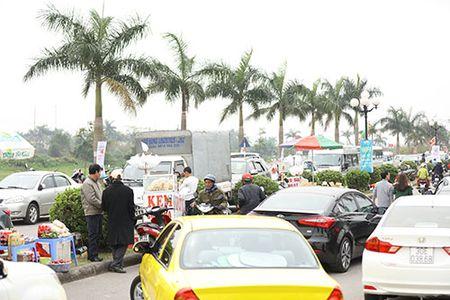 Giao thong hon loan, xe om bat nhao truoc gio khai an den Tran - Anh 13