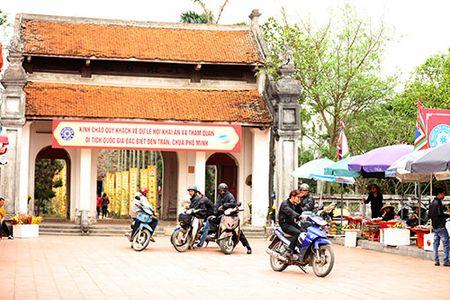 Giao thong hon loan, xe om bat nhao truoc gio khai an den Tran - Anh 1