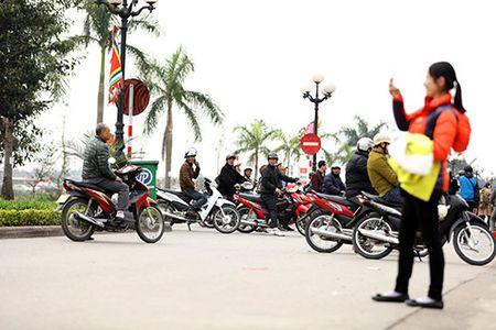 Giao thong hon loan, xe om bat nhao truoc gio khai an den Tran - Anh 2