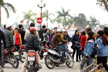 Giao thong hon loan, xe om bat nhao truoc gio khai an den Tran - Anh 3