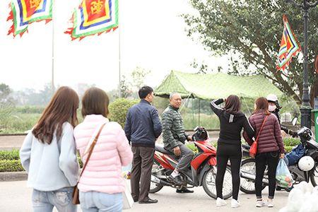 Giao thong hon loan, xe om bat nhao truoc gio khai an den Tran - Anh 4