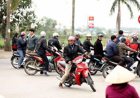 Giao thong hon loan, xe om bat nhao truoc gio khai an den Tran - Anh 7