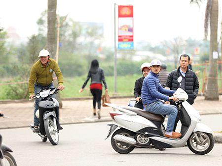 Giao thong hon loan, xe om bat nhao truoc gio khai an den Tran - Anh 9