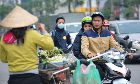 Duong pho Ha Noi ngat huong hoa buoi - Anh 4