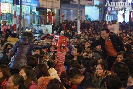 Hang nghin nguoi tran kin duong du le cau an chua Phuc Khanh - Anh 10